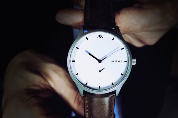 MNMA Armbanduhr mit haselnussbraunen Band und hellem Ziffernblatt mit Anzug