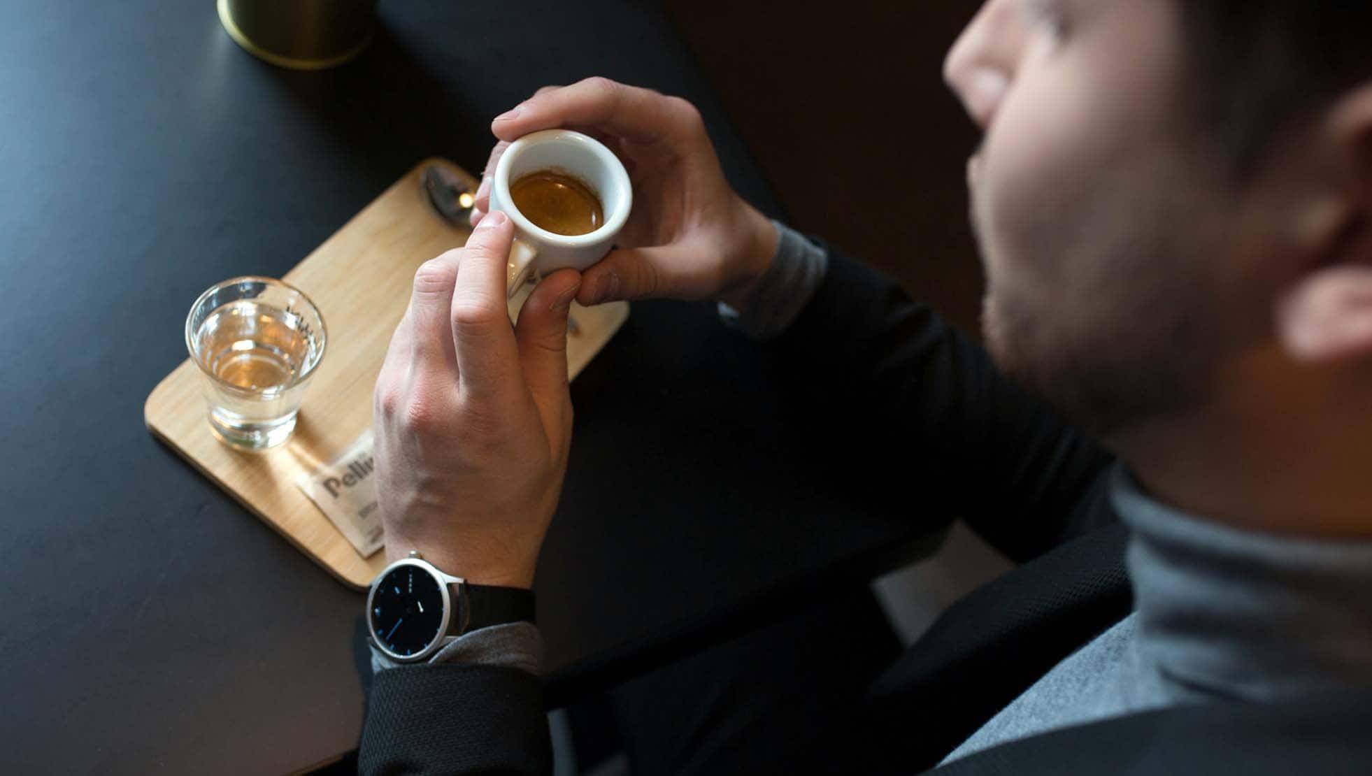 silberne Uhr mit schwarzem Zifferblatt MNMA