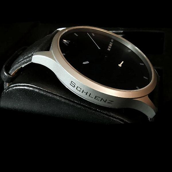 MNMA Uhr mit seitlicher Lasergravur